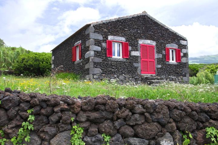 Къща от вулканични камъни на остров Сао Мигел