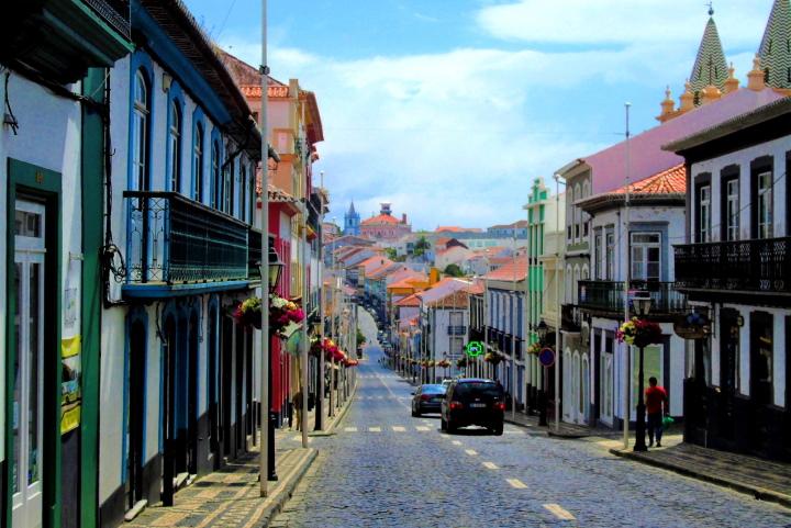 Улица в град Ангра ду Еруижму