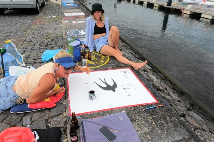 Екипаж рисува рисунки на Фаял